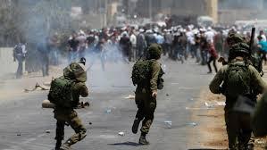 فلسطينيون يشتبكون مع الاحتلال في احتجاج بالضفة الغربية