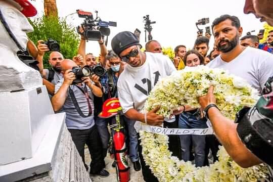 بالفيديو والصور  ..  النجم البرازيلي رونالدينيو يقدم إكليل زهر ويهدي ثمثالا لممرضة في لبنان