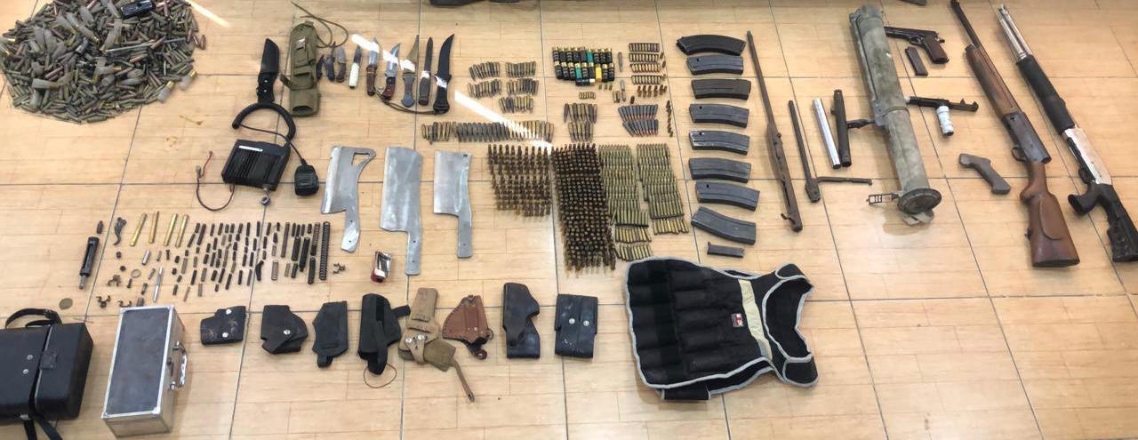 القبض على شخص بحوزته ٨ أسلحة نارية وكميات من الذخيرة الحية ومجموعة من الأدوات الحادة في الزرقاء