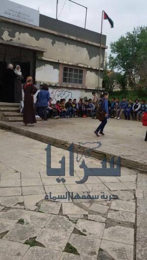 """بالصور .. اربد : إخلاء طلاب مدرسة """"الخريبة"""" الاساسية المختلطة خوفاً من انهيار مبناها"""