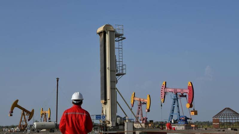 """النفط يتراجع مع """"توقعات الفائض"""""""