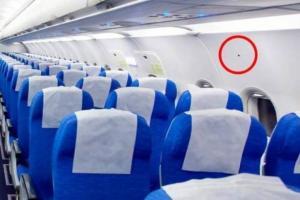 ماذا تعني هذه المثلثات الصغيرة داخل الطائرات ؟