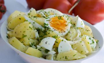 سلطة البطاطا المسلوقة مع البيض