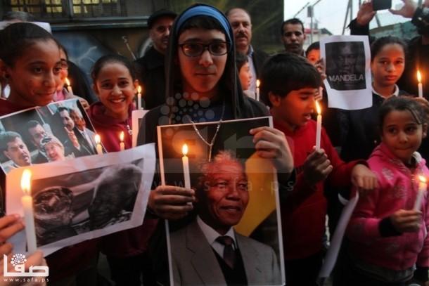 نابلس : وقفة بالشموع تخليدا لرحيل مانديلا