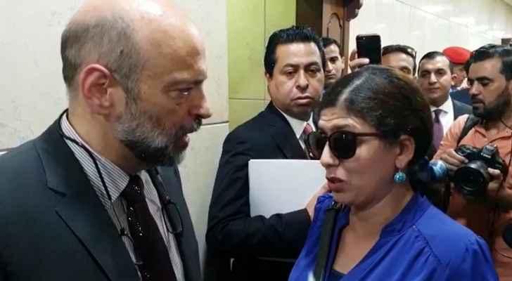 """بالفيديو : شاهد كيف رد الرزاز على مواطنة قالت له """"من يحمل واسطة """" يتم تعيينه"""