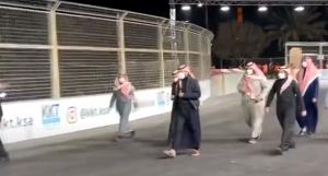 """بالفيديو  ..  سعودي لـ""""بن سلمان"""": """"ليتها فيني ولا فيك""""  ..  فكيف رد عليه؟"""
