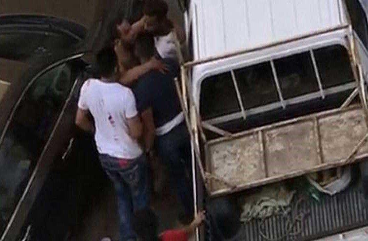 بالفيديو ..  شجار عنيف بالاسلحة البيضاء بين شبان من اجل 3 فتيات