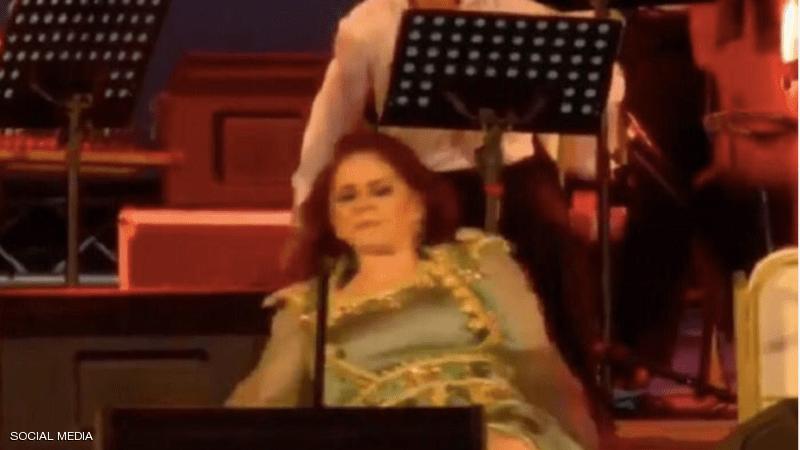 بالفيديو  ..  ميادة الحناوي تسقط على المسرح خلال حفل في تونس