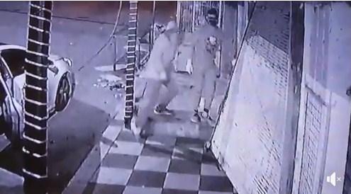 بالفيديو  ..  لحظة هروب لصوص اثناء قيامهم بسرقة محل تجاري في الزرقاء  ..  و عادوا لسرقة محل أخر بالرصيفة