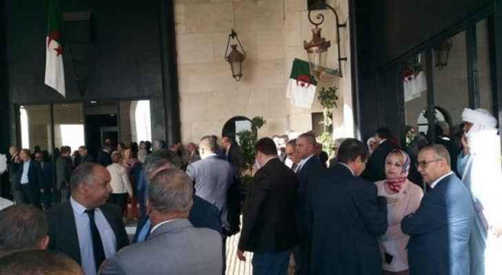 200 نائب يغلقون البرلمان بالسلاسل الحديدية في الجزائر