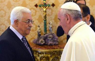 """بابا الفاتيكان يهدي رئيس فلسطين """"قلم"""" ..  وعباس: آمل أن أوقع به على معاهدة سلام مع إسرائيل"""