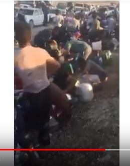 فيديو صادم  .. مواطنون يتهافتون لتعبئة الديزل من صهريج بعد انقلابه على الطريق الصحراوي