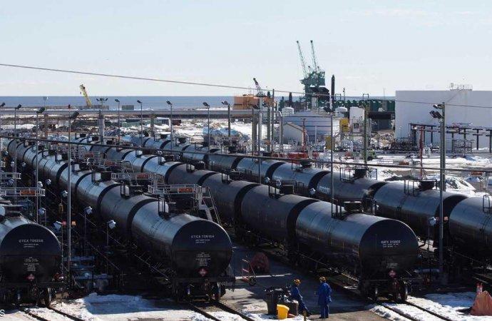 النفط يهبط وينهي موجة صعود مع عودة مخاوف التخمة