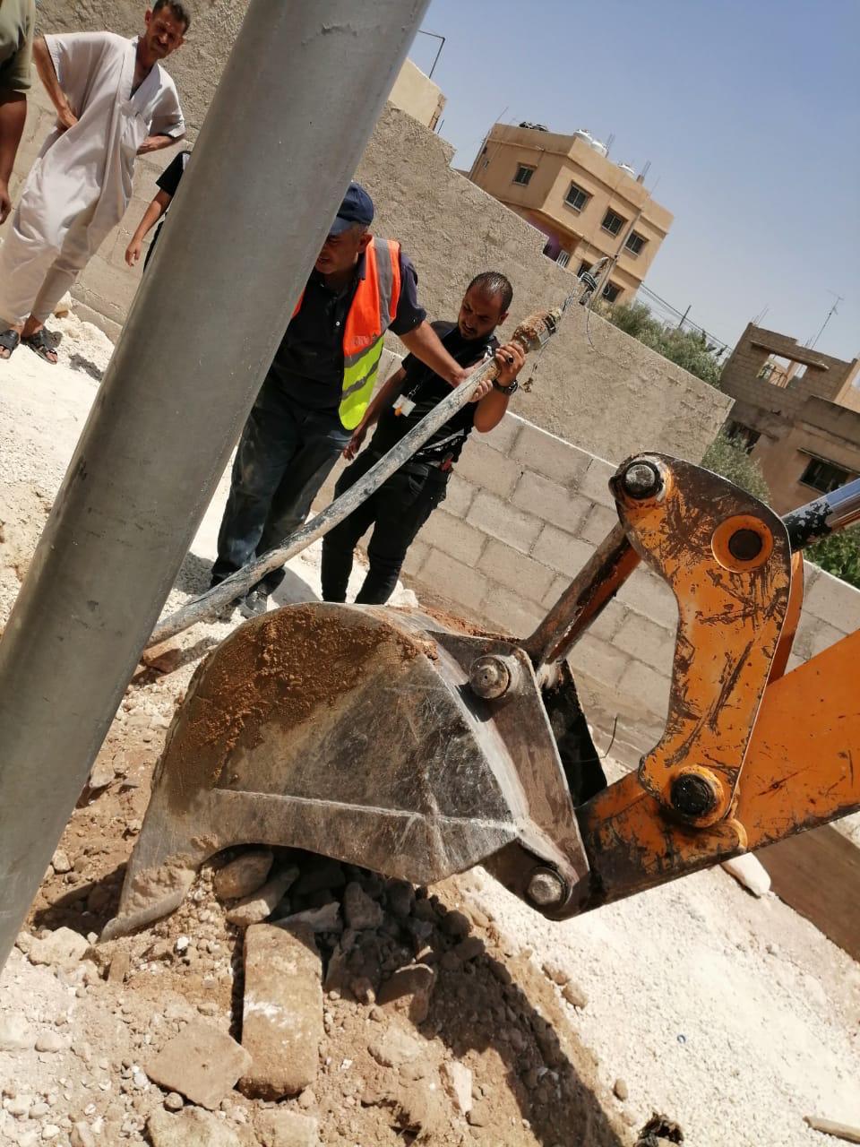 بالصور  .. ضبط (17) مخالفا يقومون بالاعتداء على خطوط المياه في الرصيفة