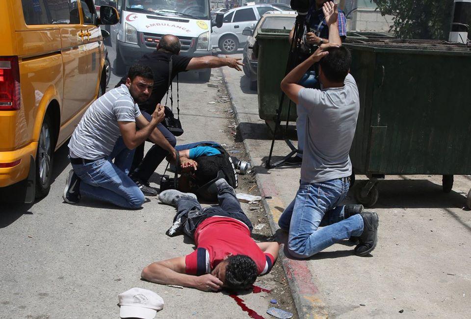 بالصور  ..  اللحظات الاولى لاستشهاد شاب فلسطيني