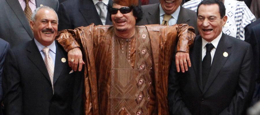 أضحك العالم بجنونه  ..  قصة القذافي الذي حلم بتوحيد العرب فانتهى مقتولاً على يد الثوار