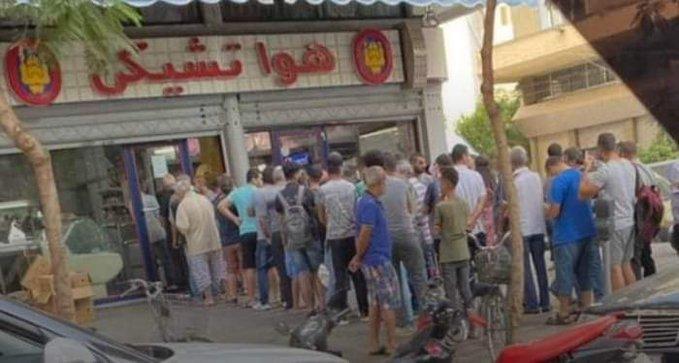 طوابير لشراء البيض في لبنان