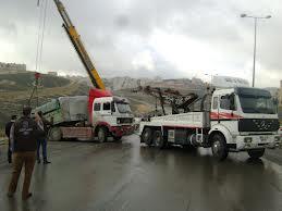 انقلاب شاحنة على اوتستراد  الزرقاء - عمان  بسبب الأمطار