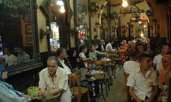 الحكومة المصرية تعلن إغلاق المتاجر والمراكز التجارية والمقاهي من الساعة 9 مساء يوميا لمدة اسبوعين