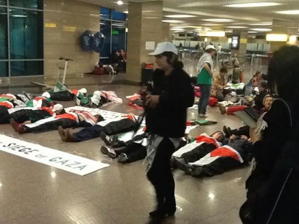 بالصور  ..  ناشطات يمثلن مشهد الموت احتجاجا لمنعهن من الوصول لغزة