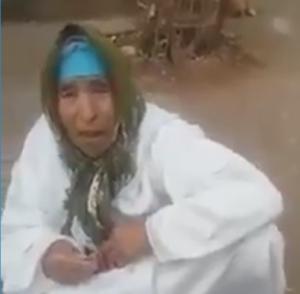 بالفيديو.. شاب يرمي والدته في الطريق بالتعاون مع زوجته