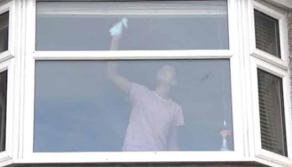 بالفيديو  ..  تحذير: إذا شاهدتم هذه المرأة في النافذة راقبوها جيدًا ..  خلفها كارثة