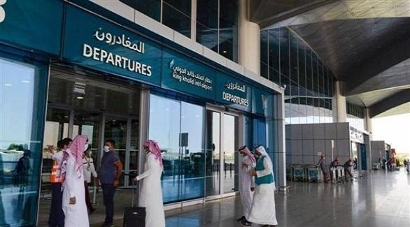 آلاف السعوديين يغادرون المملكة بعد 16 شهراً من تعليق السفر بسبب كورونا