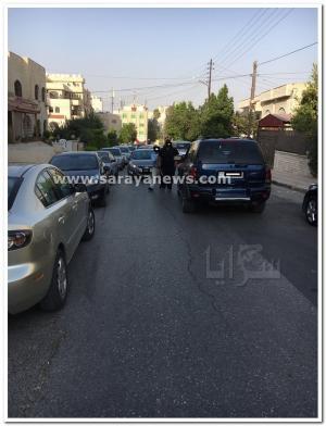 """بالصورة .. بلطجي يعتدي على مركبات و مواطنين بـ""""الساطور"""" في الشميساني .. والامن يوضح"""