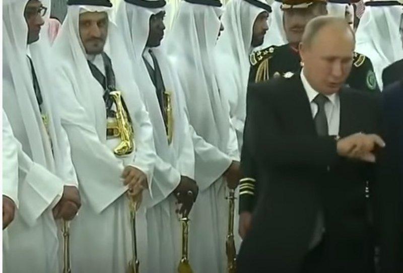 """بالفيديو ..  """"بوتين"""" يعجب بسلاح تراثي سعودي ..  والملك يأمر بعرضه عليه فورًا"""