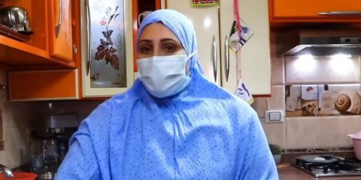 """ما قصة وجبة """"عشاء كورونا"""" التي أعدتها يوتيوبر مصرية لعائلتها؟!"""