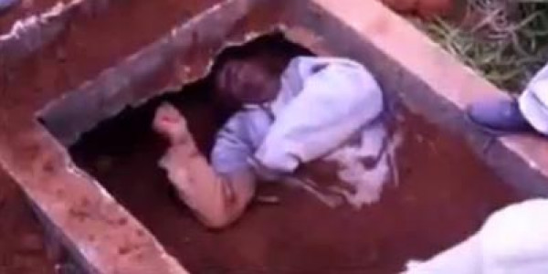 خرج من القبر لوحده بعد دفنه حياً
