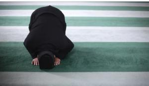 بالفيديو ..  سجود السهو في الصلاة  ..  حكمه ووقته وهل تصح الصلاة بدونه