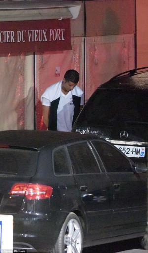 """الشرطة توقف رونالدو """"لتبوله"""" في أحد شوارع باريس"""