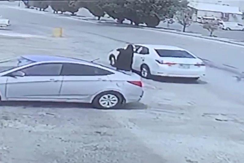 الرياض : القبض على ثلاثيني سلب حقيبة امرأة
