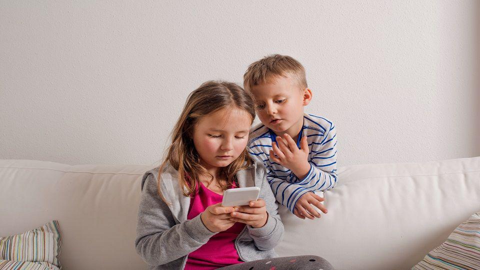 هل تُعاني من عبث أطفالك بهاتفك الذكي؟ إليك الحل