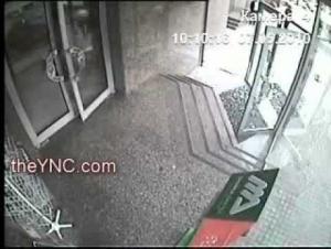 بالفيديو..رجل لم يشاهد الباب فحطم الزجاج