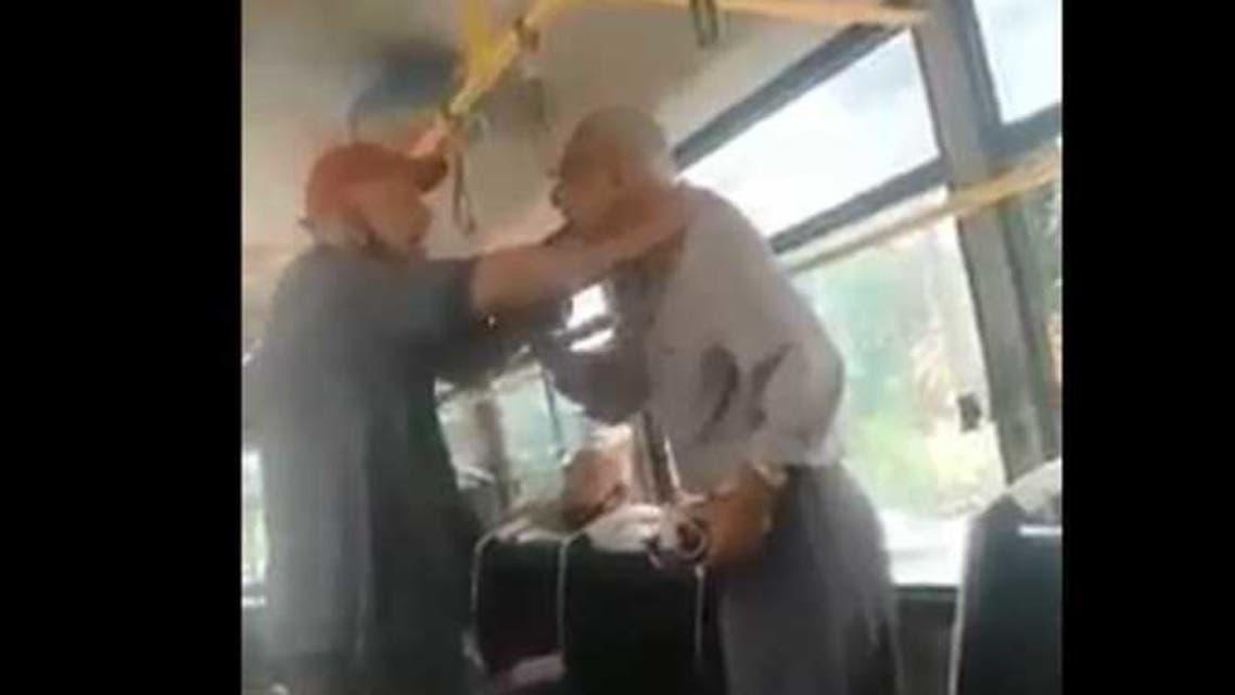 فيديو يثير غضباً في مصر ..  موظف يهين مسناً داخل باص