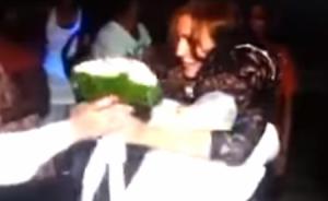 بالفيديو عناق حار بين عروسة وصديقتها يتسبب في غيرة العريس !