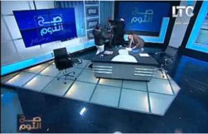بالفيديو ..ضرب مفتي بأستراليا بـ''الجزمة'' على قناة مصرية