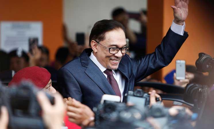 إطلاق سراح السياسي الماليزي أنور إبراهيم بعد عفو ملكي