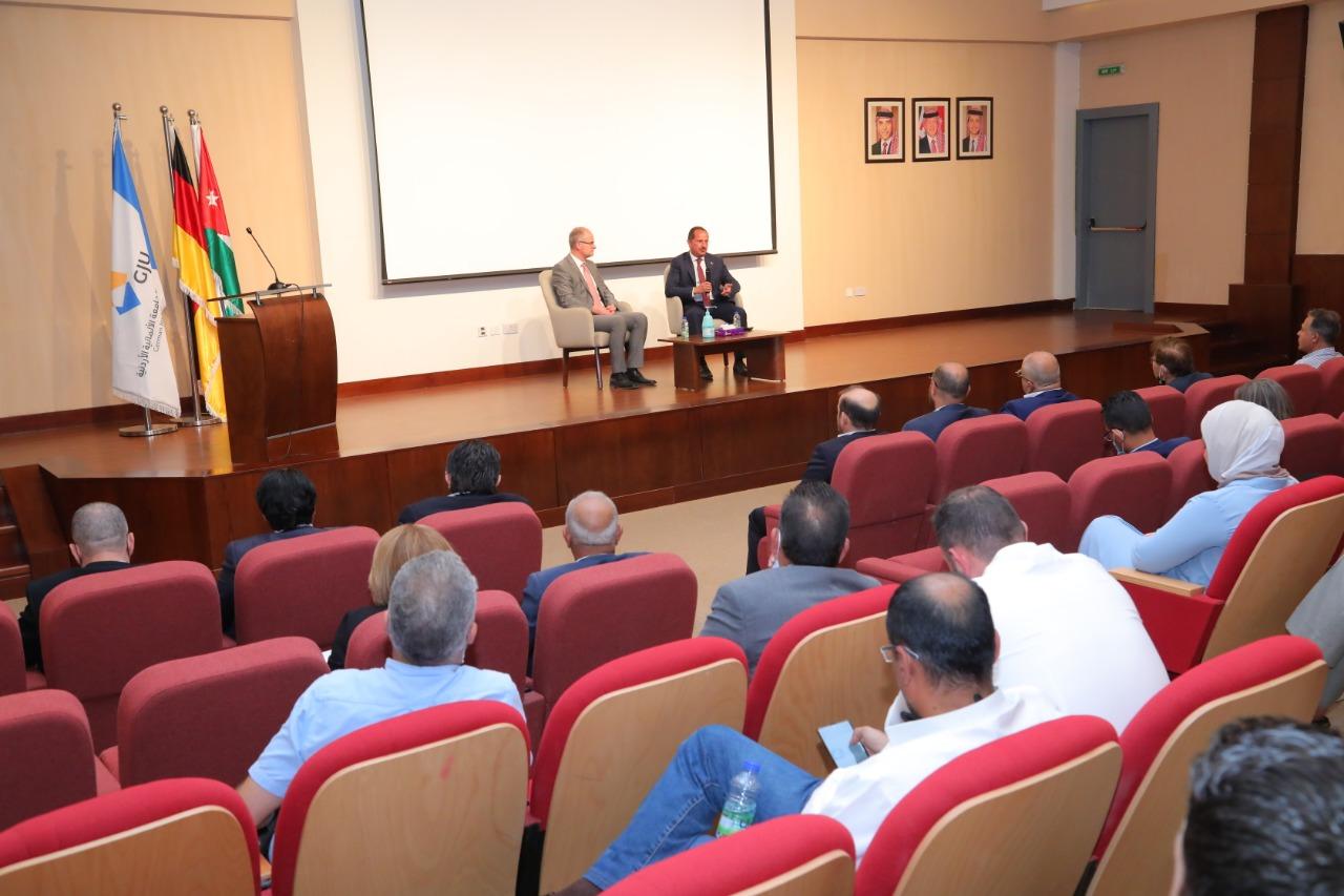 الدكتور الحلحولي يلتقي أعضاء الهيئة التدريسية في الجامعة الألمانية الأردنية