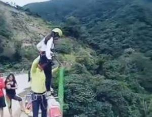بالفيديو.. نهاية مؤلمة لفتاة قفزت من أعلى جسر!