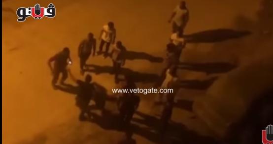 """بالفيديو ..  مصلون ينهالون بالضرب على """"لص"""" سرق احذيتهم من المسجد"""