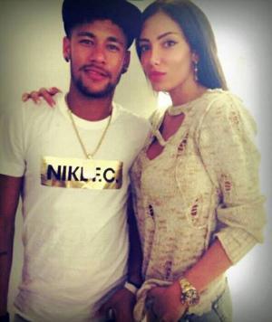 صور: صديقة نيمار عارضة أزياء تشرب الشيشة وترتدي العباءة العربية
