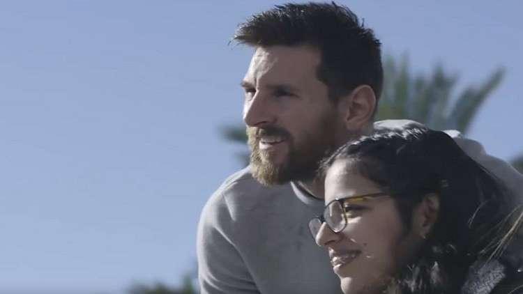 بالفيديو ..  إدارة برشلونة تفاجئ فتاة سورية!