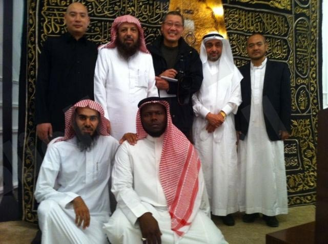 مخرج صيني جاء يزور الحرم المكي فأشهر إسلامه