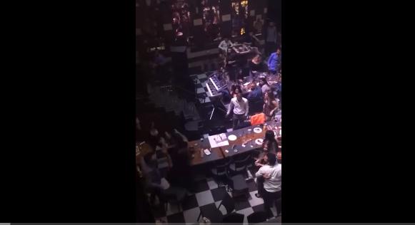 بالفيديو ..  تضارب وشد شعر بين نساء في أحد المطاعم