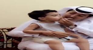 بالفيديو: سعودي يضع سيجارة في فم طفل ..  وهذا رد والده!