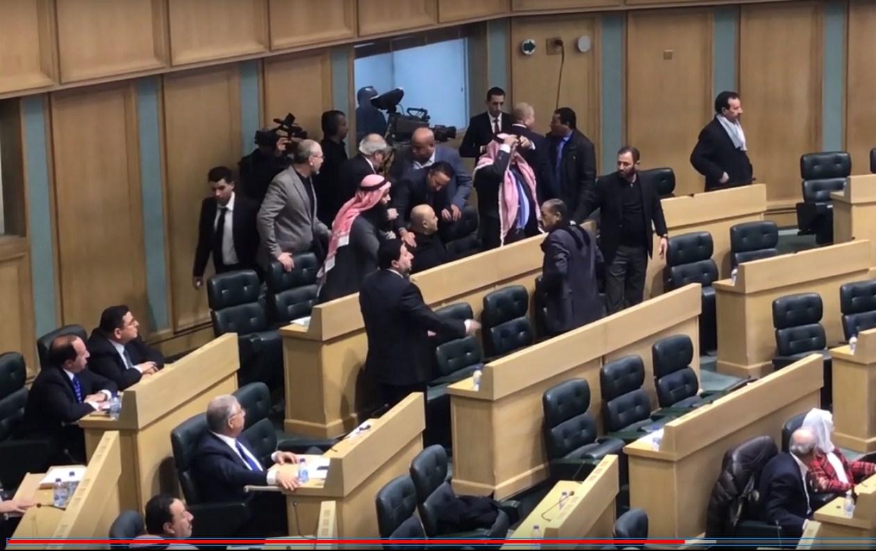 بالفيديو  .. لحظة هجوم النائب الحباشنة على النائب الشوابكة تحت قبة البرلمان