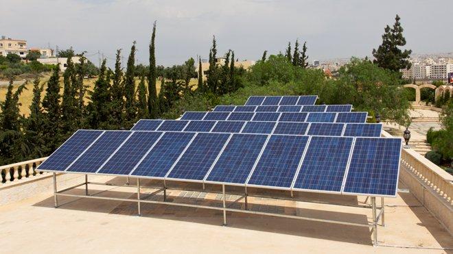 """فرض رسوم على تخزين كهرباء الطاقة الشمسية يثير سخرية الاردنيين  ..  """"لم يتبقى سوى الضريبة على الهواء"""""""